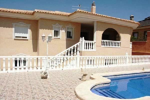 Exklusive Villa mit Pool und Garage