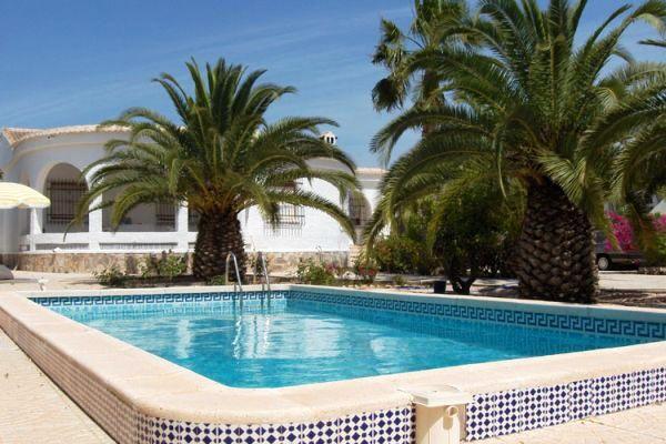 Komfortable Villa mit Pool und schönem Garten