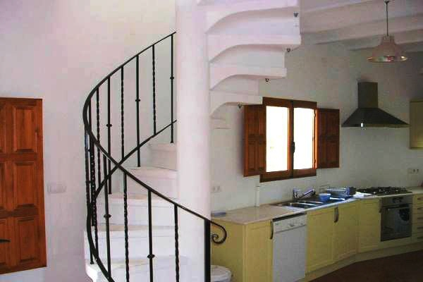 Einbauküche und Treppenaufgang