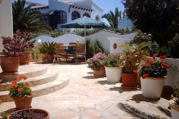 Liebevoll mit Blumen bestückter Eingang und Terrasse