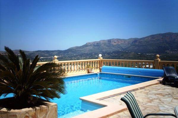 Pool mit herrlicchem Bick über das Gebirge
