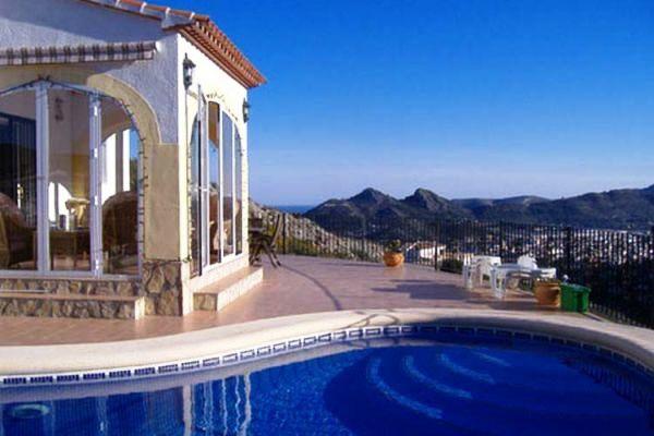 Villa mit Pool und herrlichem Blick über die Berge