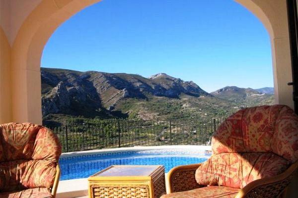 Terrasse am Pool mit Blick auf die Berge