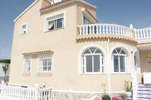 Villa mit 2 Gästeappartements und Meerblick
