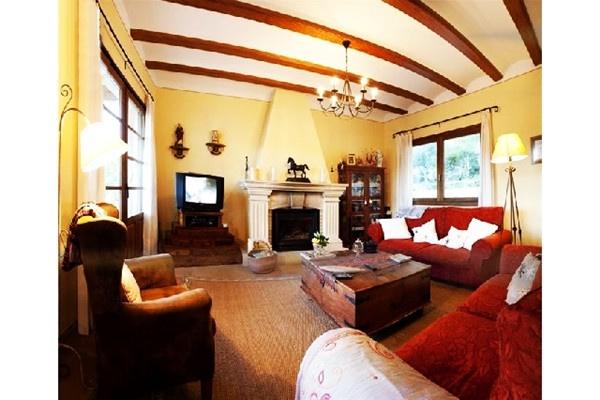 Der exquisite Wohnbereich im rustikalen Stil mit Kamin und wunderschönem Interieur