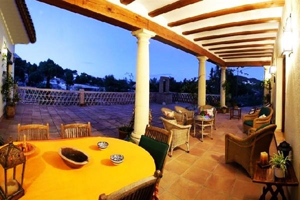 Die exzellente überdachte Terrasse mit vielen Plätzen zum wohlfühlen