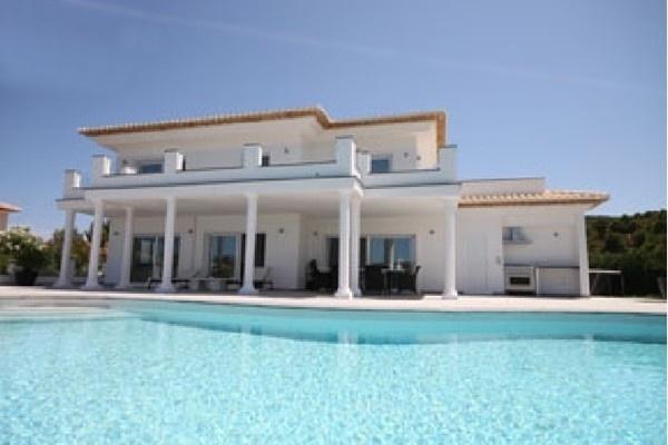 Die imposante Fassade der Villa mit wunderschöner Architektur