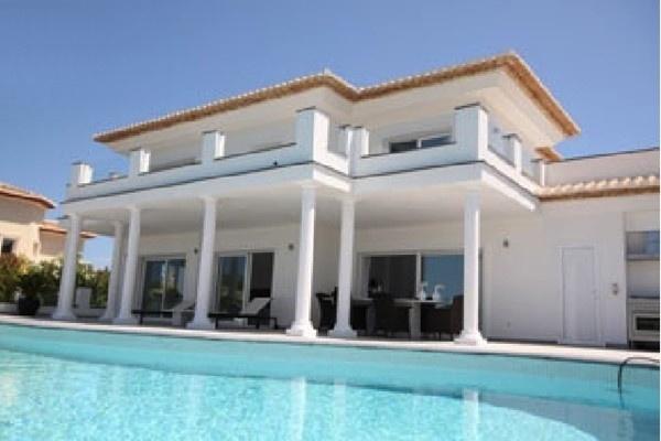 Die hinreißende Fassade der Villa mit wunderschöner Architektur