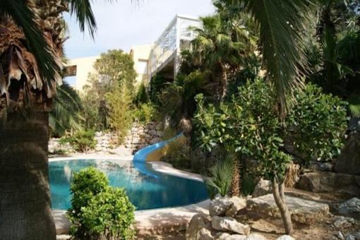 Der traumhafte Pool der Villa umgeben von wunderschöner Natur