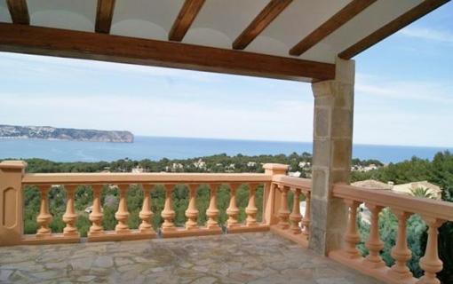 Die großartige Pergola der Villa mit ausblick auf die unendlichen Weiten des Ozeans