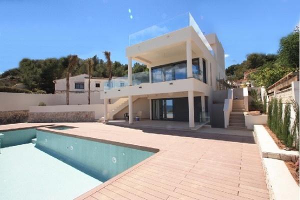 Luxuriöse Neubauvilla mit direktem Zugang zum Strand in traumhafter Lage