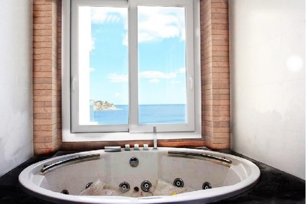 Eines der stilvollen Badezimmer mit Blick auf das Meer