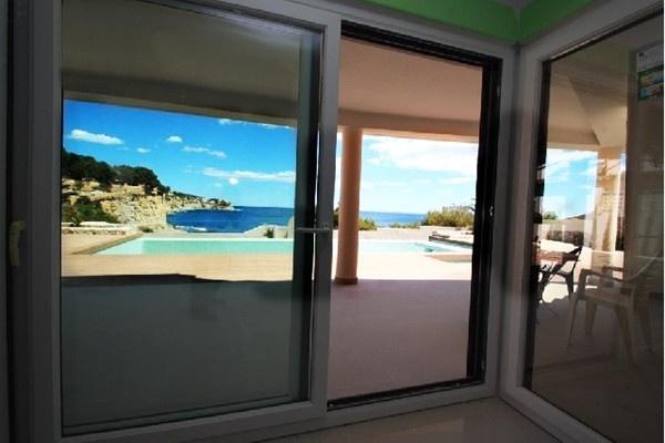 Großartiges Zimmer mit riesiger Fensterfront und direktem Zugang zur Terrasse