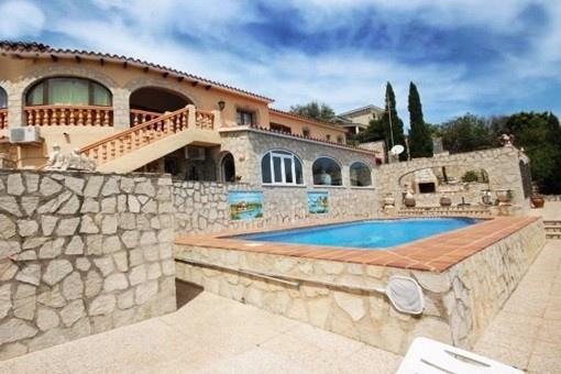 Villa im rustikalen Stil mit umwerfenden Ausblick und großem Pool