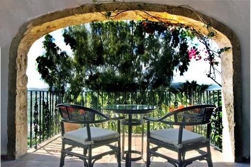 Die überdachte Terrasse mit spektakulärem Ausblick