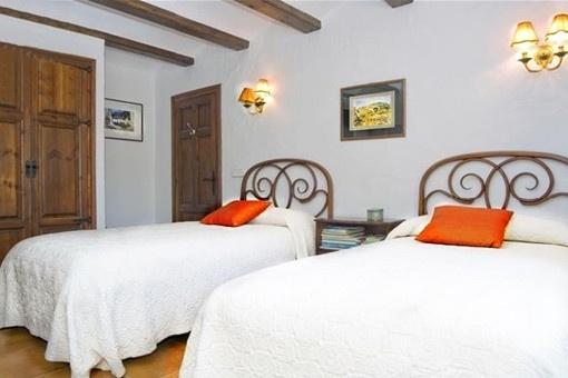 Eines der gemütlichen und hellen Schlafzimmer