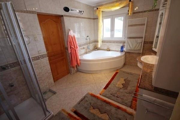 Eines der großartigen Badezimmer mit viel Tageslicht
