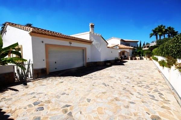 Die Einfahrt der Villa mit großer Garage