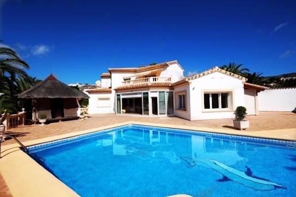 Wunderschöne Villa mit großem Pool in traumhafter Lage