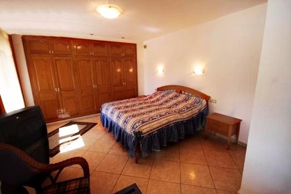 Gemütliches Schlafzimmer mit großzügigem Einbauschrank