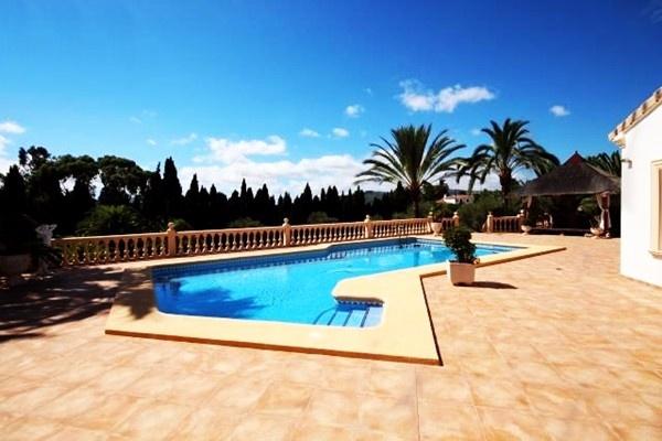 Die wunderschöne Terrasse mit großem Pool
