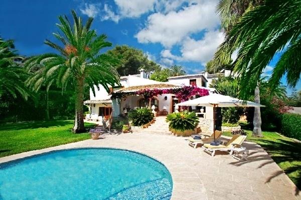 Stilvolle Villa in Javea mit traumhaftem Pool in renomiertem Villenpark an der Costa Blanca