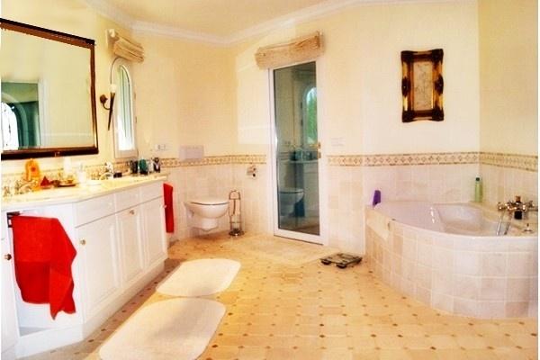 Eines der eleganten Badezimmer