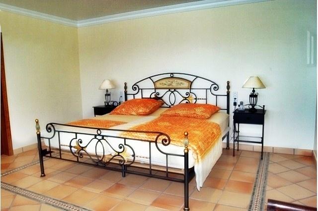 Eines der stilvollen Schlafzimmer