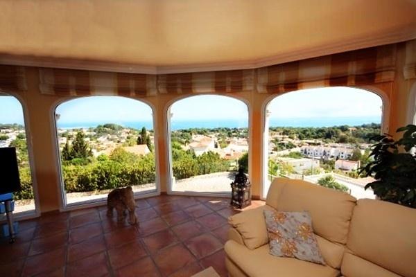Der exquisite Wohnbereich mit großer Fensterfront und atemberaubenden Ausblick