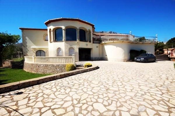 Die Einfahrt der luxuriösen Villa