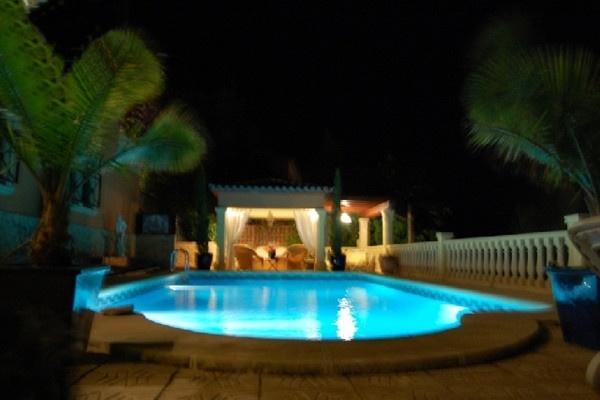 Die Villa und der Garten bei Nacht mit beleuchtung die für ein unvergleichliches Abmiente sorgt