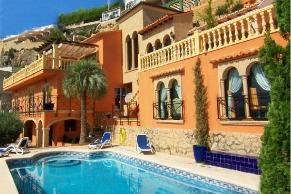 Die wunderschöne Fassade der Villa und der große, gepflegte Pool