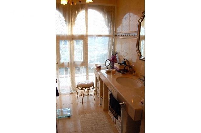 Eines der luxuriösen Badezimmer mit großer Fensterfront