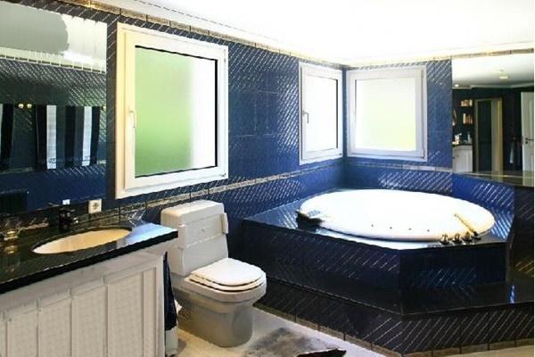 Eines der stilvollen Badezimmer der Villa