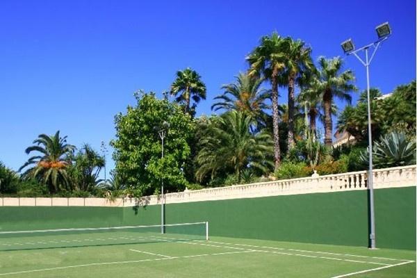 Der großzügige, private Tennisplatz des Anwesens