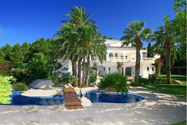 Die märchenhafte Villa umgeben von majestätischen palmen