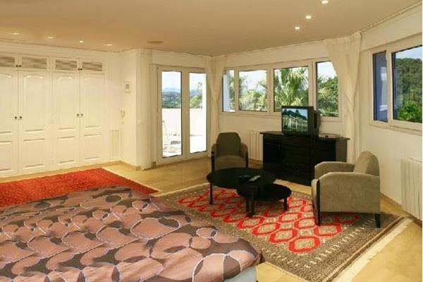 Eines der exquisiten, wunderschön designten Schlafzimmer