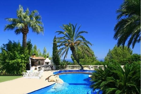 Die paradiesische Außenanlage mit traumhaften Barbados-Blue Pool
