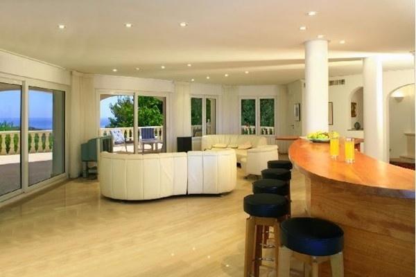 Der exklusive Wohnbereich mit eigener Bar und bezaubernden Interieur