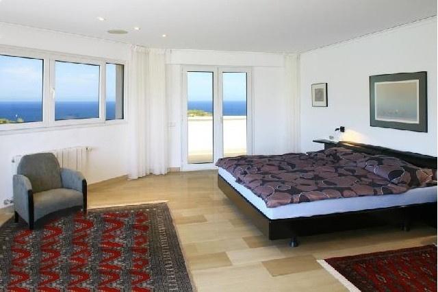 Eines der eleganten Schlafzimmer mit Zugang zur Terrasse und atemberaubenden Meerblick