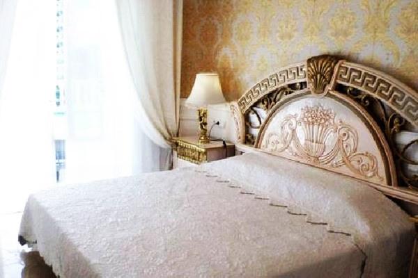 Eines der exquisiten Schlafzimmer mit Badezimmer en Suit und direktem Zugang zur Terrasse