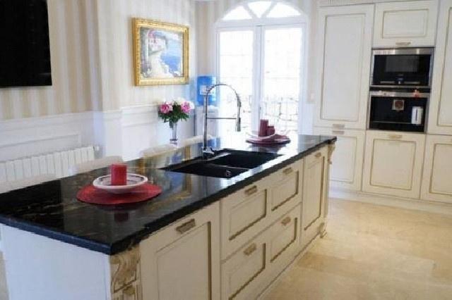 Die wunderschöne Küche mit großer Kücheninsel