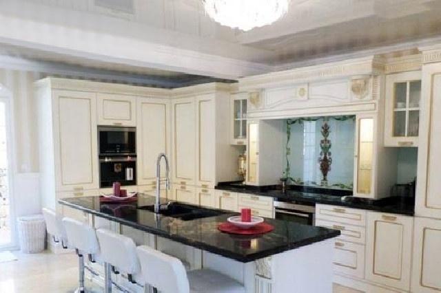 Die unglaublich stilvolle Küche mit großer Kücheninsel
