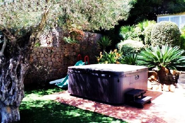 Der märchenhafte Außenbereich der Villa mit Whirlpool