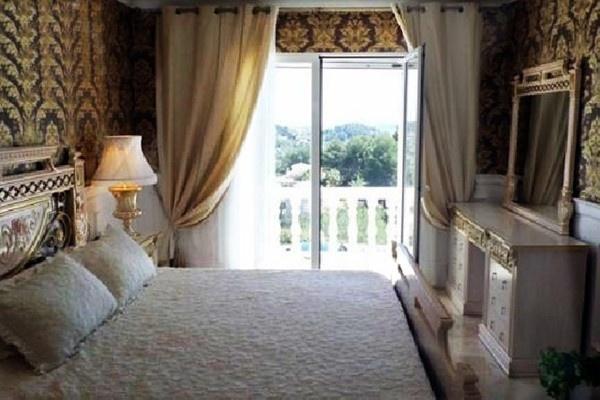 Eines der luxuriösen Schlafzimmer mit vielen schönen Details, Badezimmer en Suit und direktem Zugang zur Terrasse