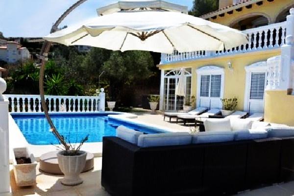 Die beeindruckende Poolterrasse mit großer Lounge