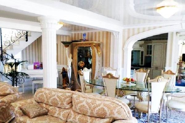 Der imposante Wohnbereich mit verzierten Säulen und weiteren umwerfenden Besonderheiten