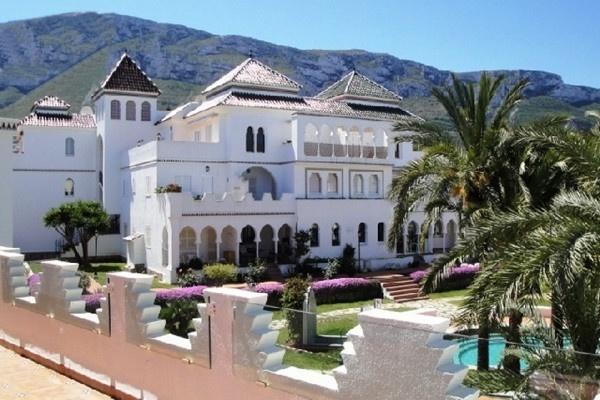 Die traumhafte Wohnanlage mit märchenhaften Garten und Pool umgeben von majestätischen Palmen und der imposanten Schönheit der Berge