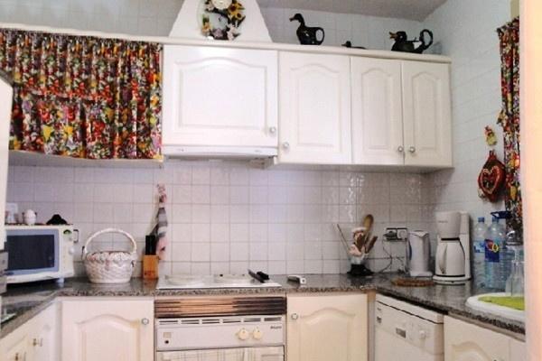Die moderne, voll ausgestattete Küche