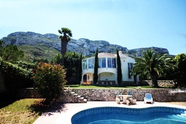 Exzellente Villa mit traumhaften Meerblick und großem Garten mit Pool